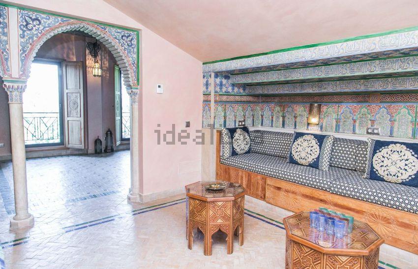 Con arcos y decoración árabesco