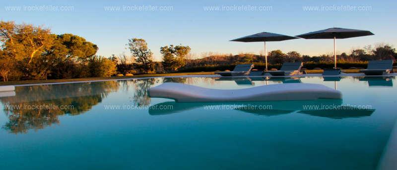 Una de las dos piscina que tiene la casa