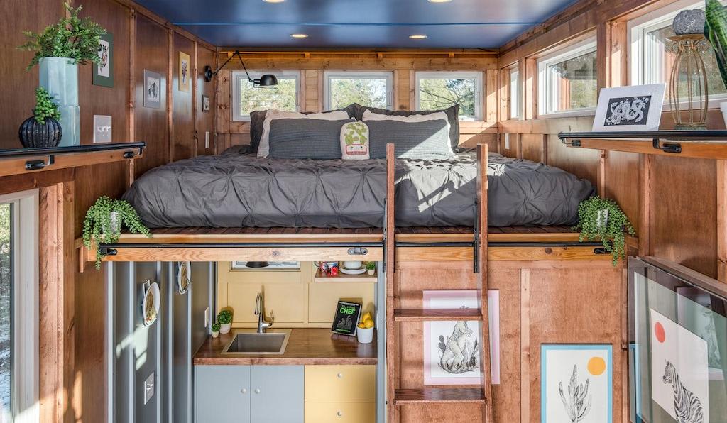 La cama está en la parte de arriba