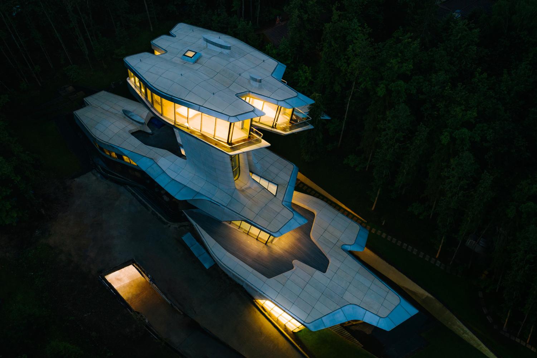 La vivienda vista desde arriba iluminada