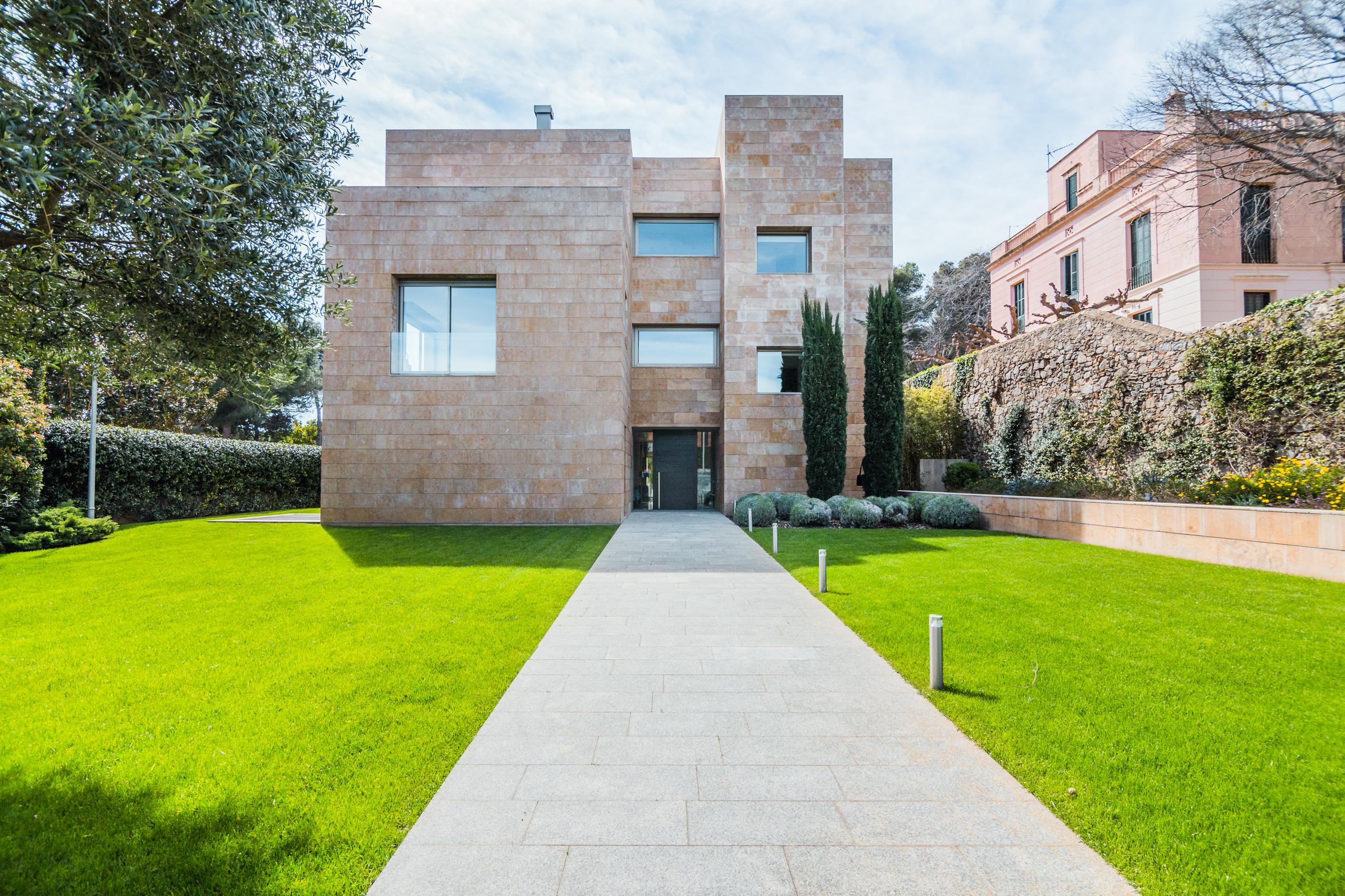La casa dispone de 900 m2 construidos en una parcela de 1.500 m2 / Living