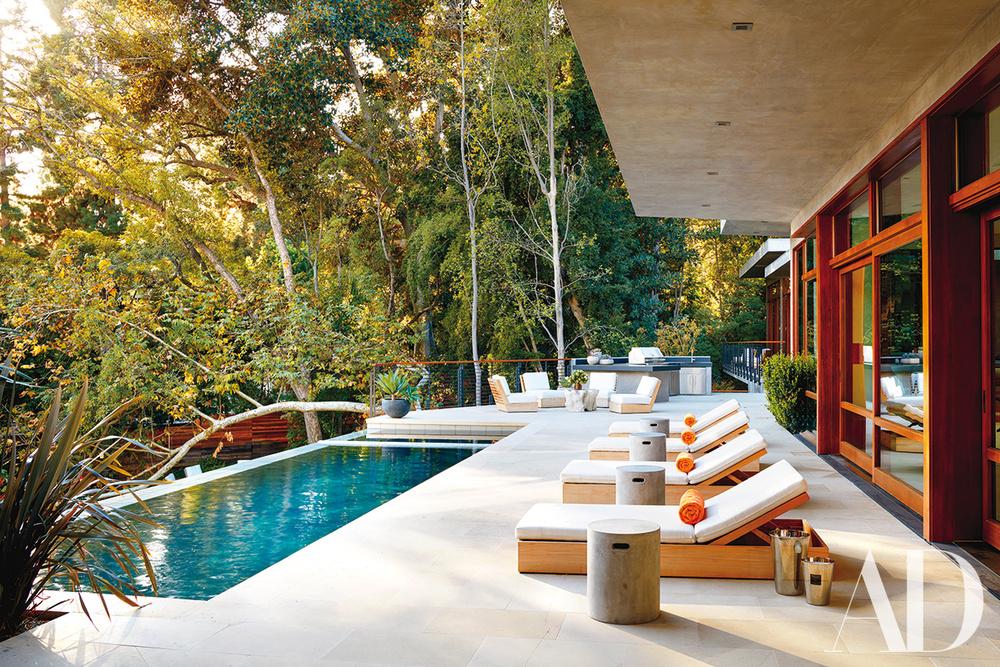Zona de relax con tumbonas y la piscina