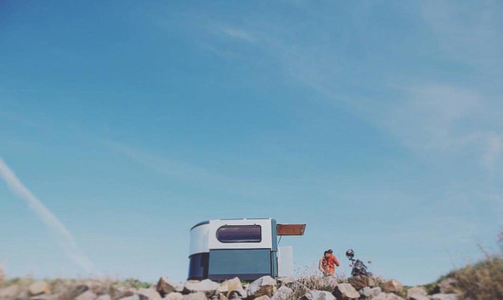 Un modelo 'plantado' en una playa