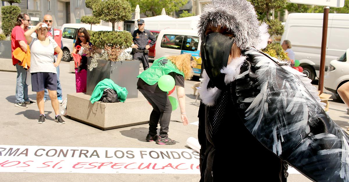 Una manifestante ataviada con un disfraz de buitre
