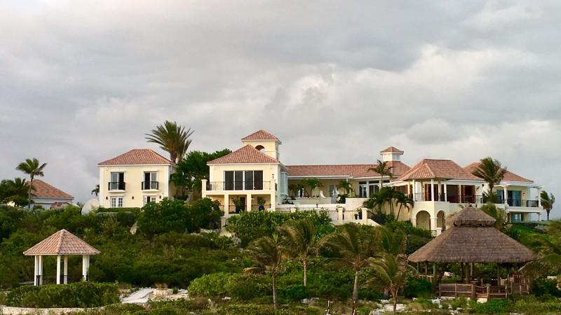 Inicialmente el músico adquirió la casa de la isla y luego la expandió comprando el territorio circundante