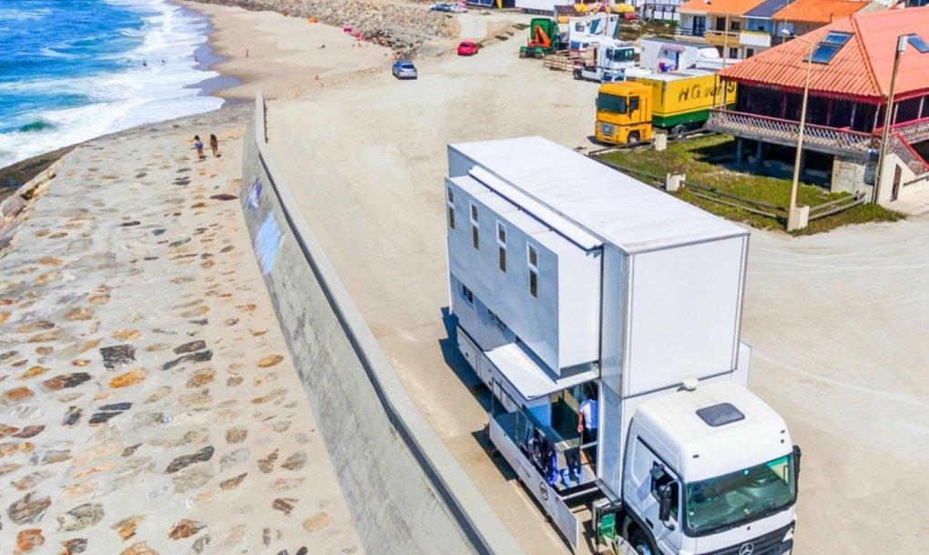 El hotel estacionado en una playa