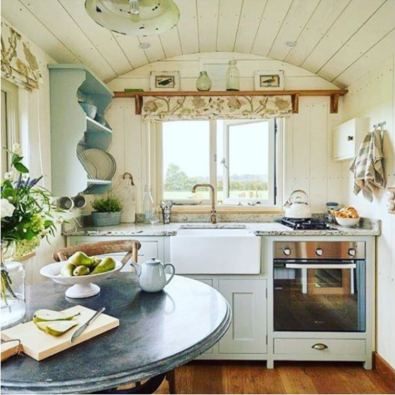 Bonito interiores con cocina y baño / Serendipity Loves