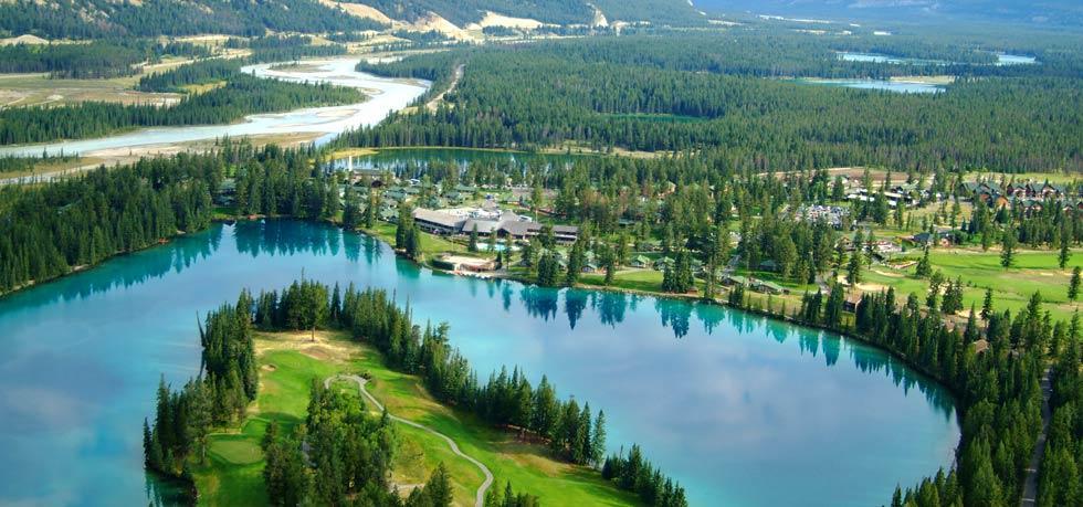 El hotel está entre un lago y las montañas