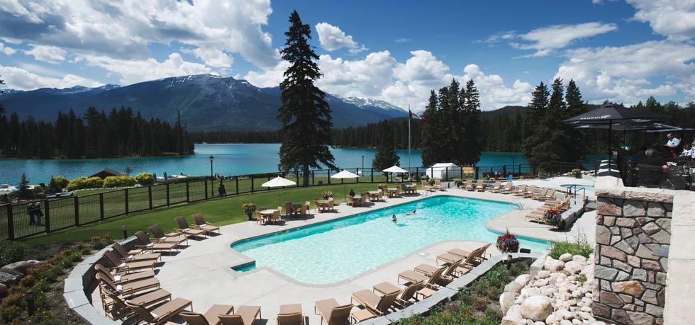 Una piscina con vistas