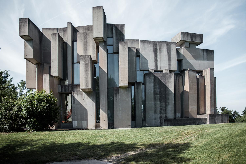 Un ejemplo claro del brutalismo / Denis Esakov