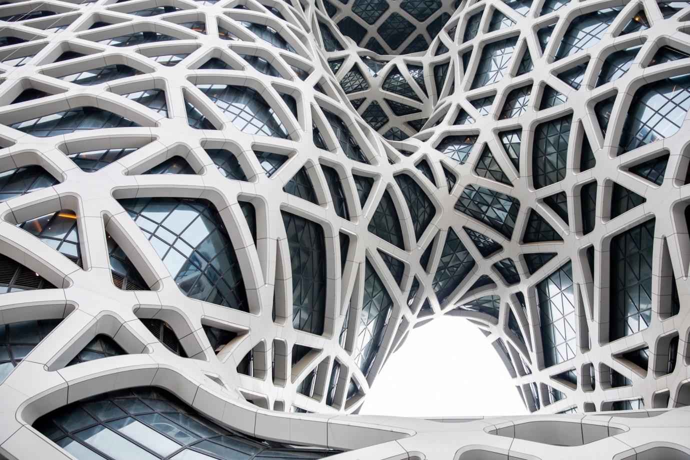Su fachada es de cristal y está recubierta con formas geométricas