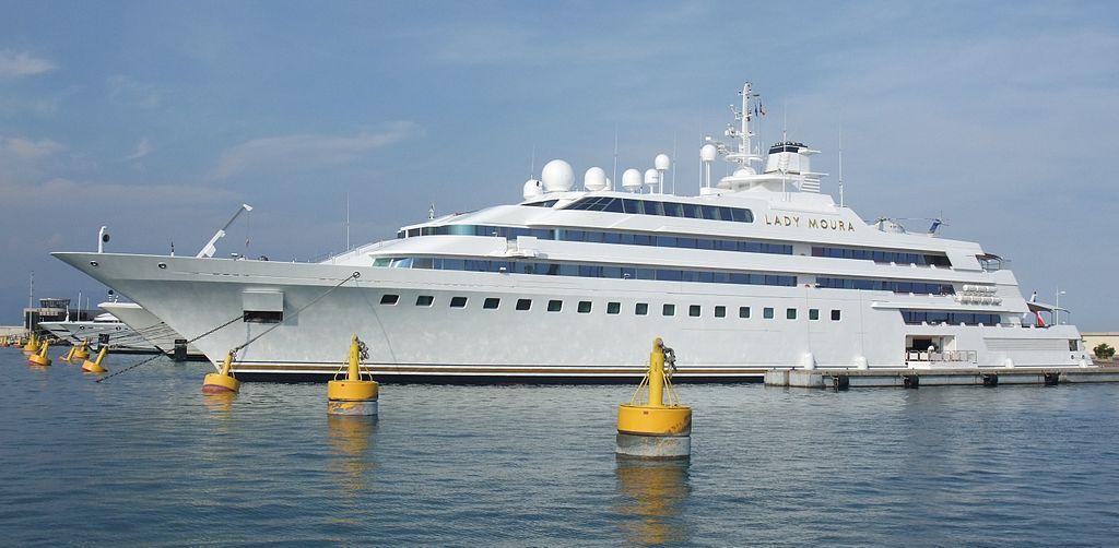 Su nombre y escudo están hechos de oro de 24 quilates e incluye una piscina con techo retráctil. Su precio es de 187 millones
