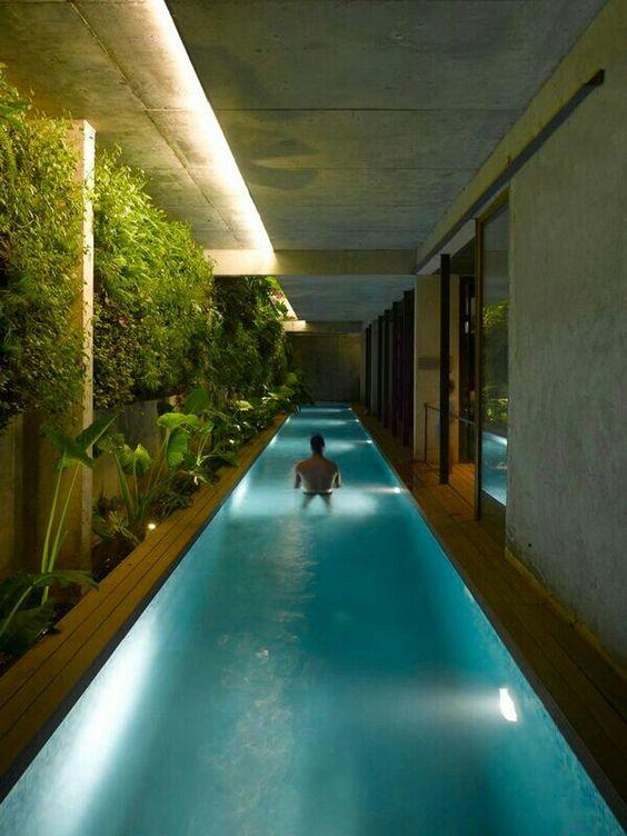 En vez de andar se nada por los pasillos de casa