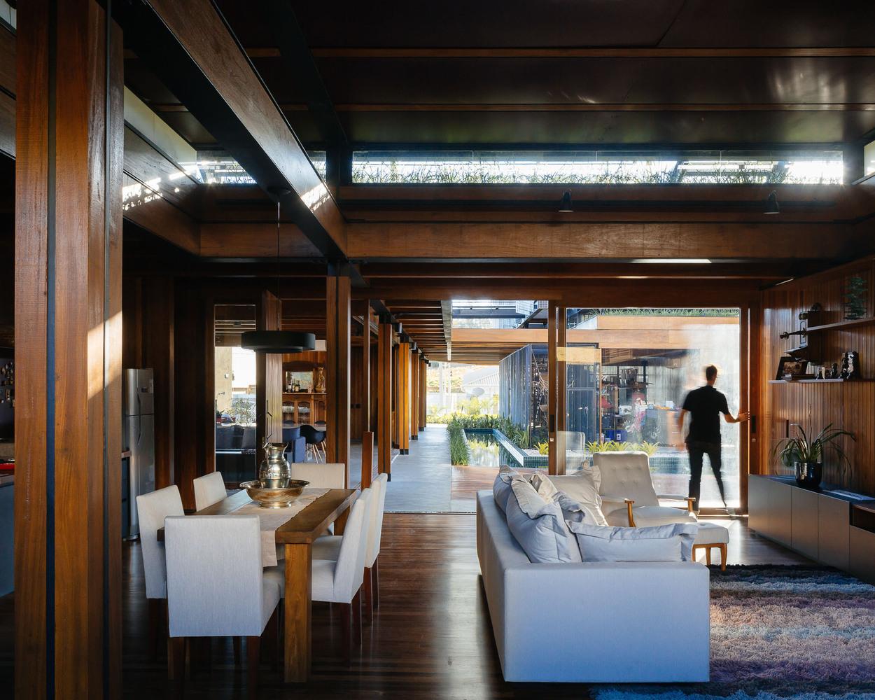 En la planta baja, un taller, una residencia de aproximadamente 100 m2 y áreas recreativas como piscina y espacios de vivienda
