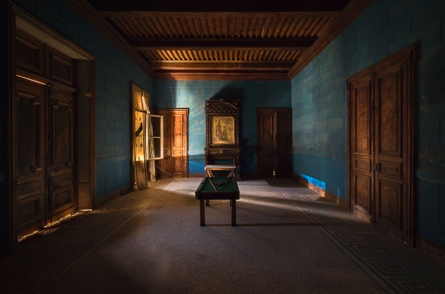 Un cuarto azul con una mesa de billar