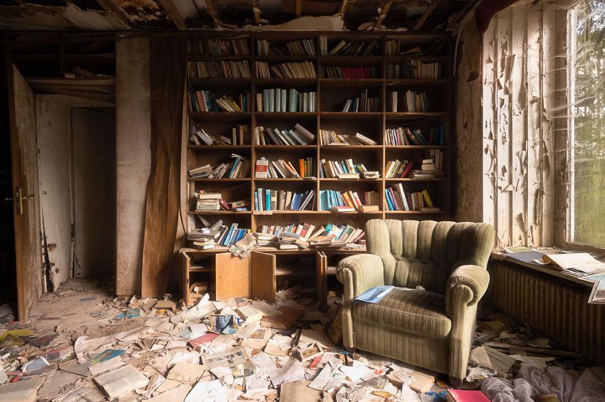 El polvo se acumula en esta vieja libreria