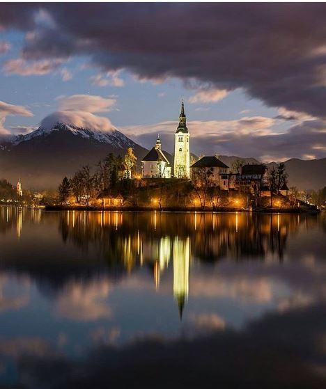 Se ubica en los Alpes Julianos, a 50 kilómetros de la capital del país, Liubliana