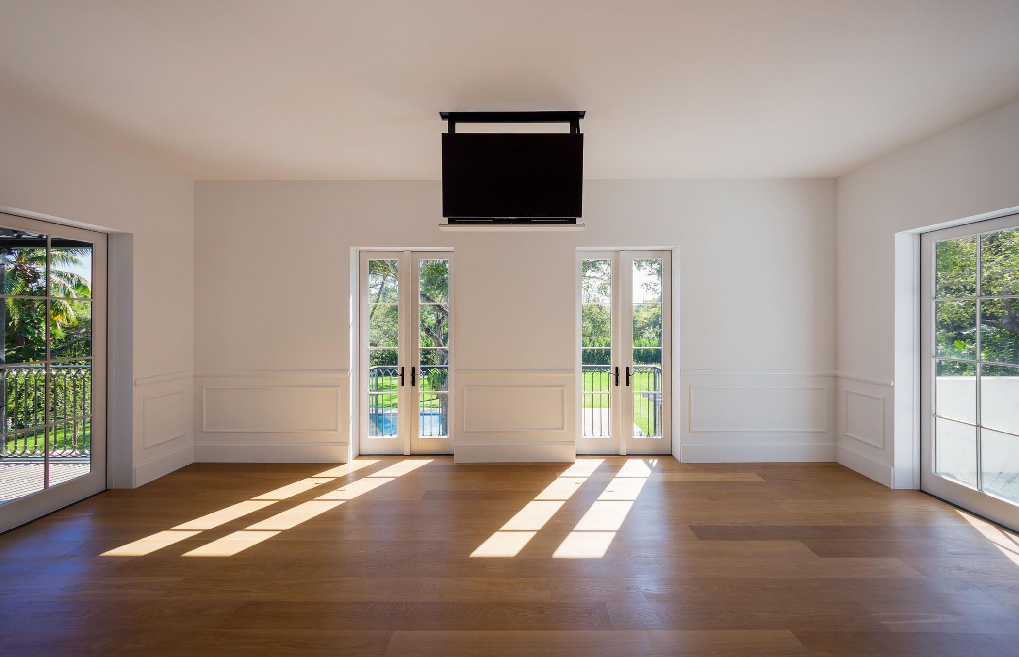 La tele está escondida en el techo