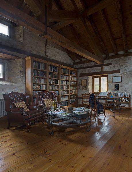 Una enorme biblioteca decora el salón