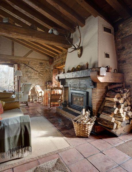 Las vigas de madera del techo otorgan una sensación de calidez