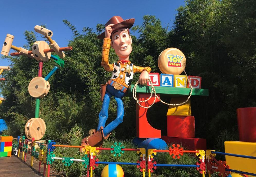 Woody da la bienvenida a los visitantes del parque