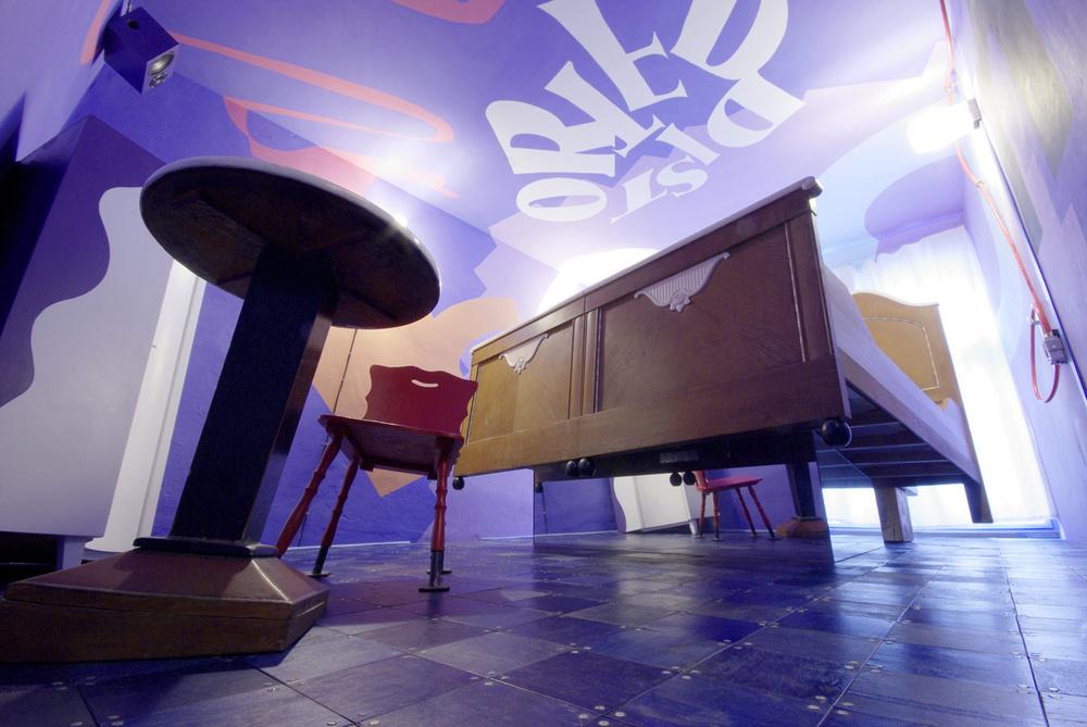 Habitación cama flotante / Lars Stroschen / Propeller Island City Lodge