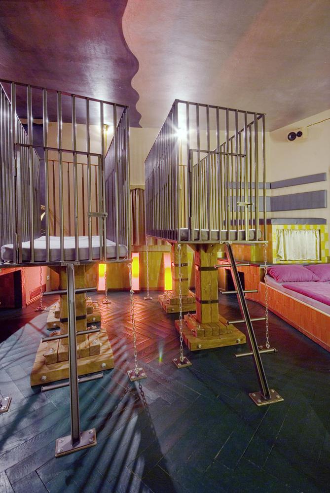 Dos jaulas de leones son camas en esta habitación / Lars Stroschen / Propeller Island City Lodge