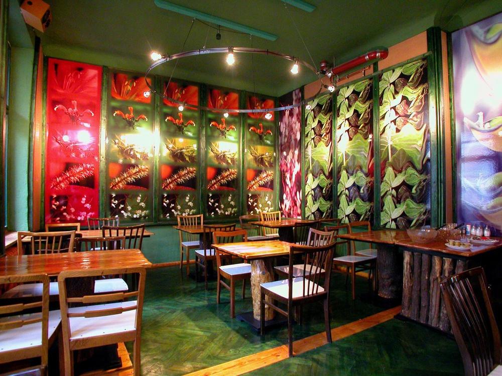 El comedor imita a una selva / Lars Stroschen / Propeller Island City Lodge