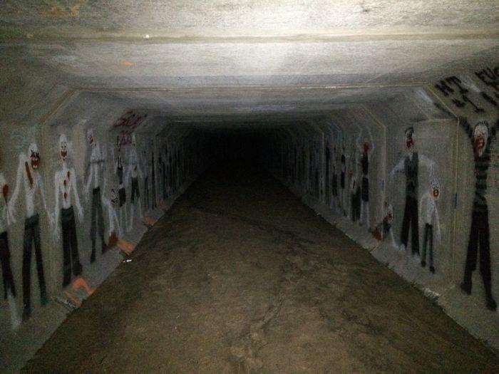 Un escalofriante túnel bajo un bloque de apartamento, ¿quién habrá pintado estas figuras? / Bored Panda