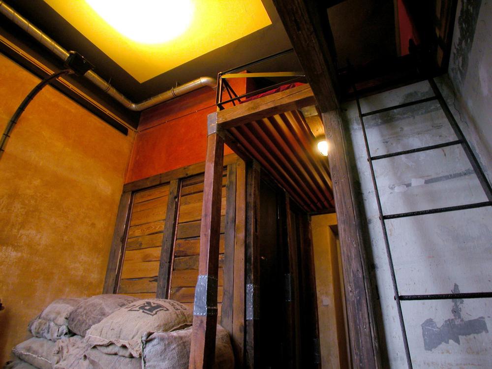 Si duermes en esta habitación sentirás que estás en un granero / Lars Stroschen / Propeller Island City Lodge
