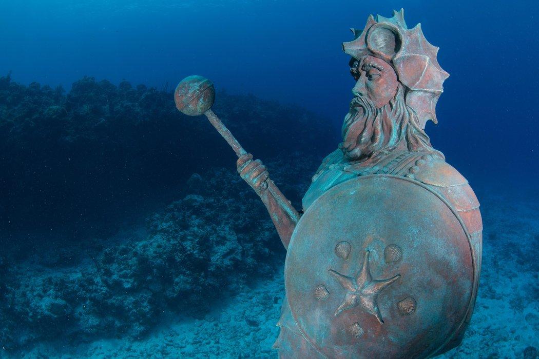 Estatua del Guardián del Arrecife en Gran Caimán / CHRIS PARSONS / NAUTICAM