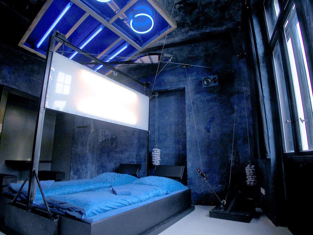 Una habitación para los amantes del azul / Lars Stroschen / Propeller Island City Lodge