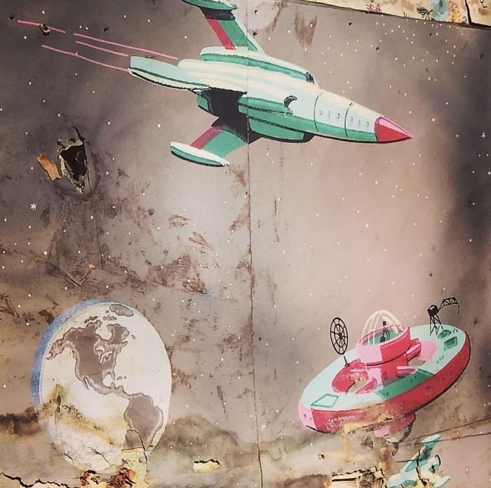 Este colorido mural espacial se encontró detrás de la pared de una casa de campo / Bored Panda