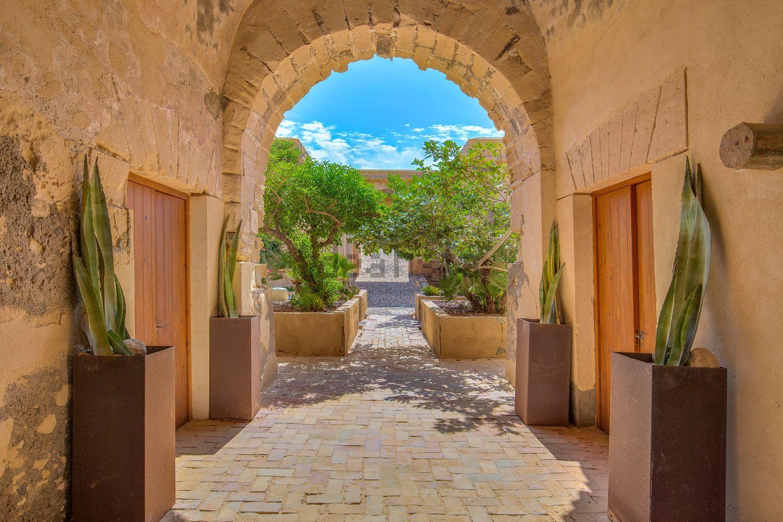 El castillo posee dos plantas, 740 m2 construidos, de los cuales 650 m2 son útiles, seis habitaciones y seis baños