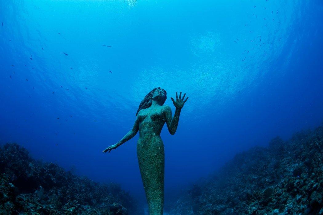Estatua de una Anfitrite en Gran Caimán / JUSTIN LEWIS / GETTY IMAGES