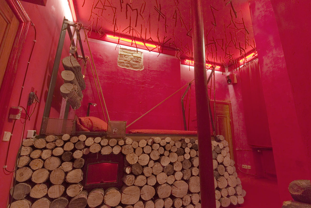 Habitación hecha con troncos / Lars Stroschen / Propeller Island City Lodge
