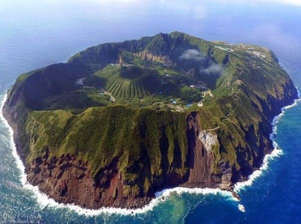 Se encuentra en el archipiélago Izu, Japón, ubicada a 320 kilómetros al sur de Tokio / Google Maps