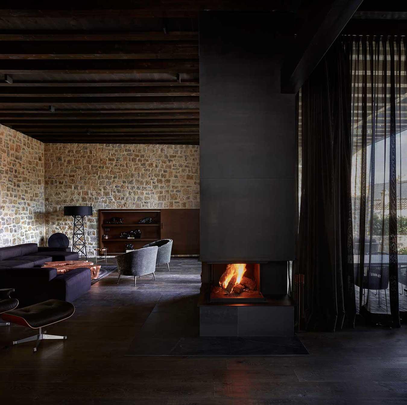 Las paredes de piedra y la chimenea otorgan a la vivienda un toque acogedor  / Mariela Apollonio