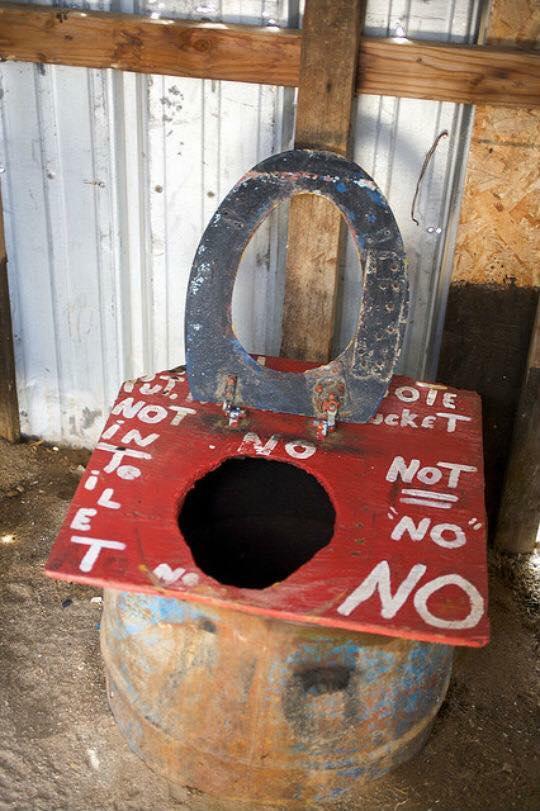 ¿Qué habrá debajo de este retrete? / Toilets With Threatening Auras