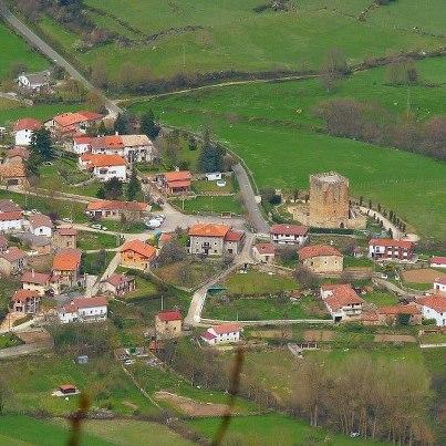 Vista aérea del castillo junto al pueblo / Castilloenventa.es