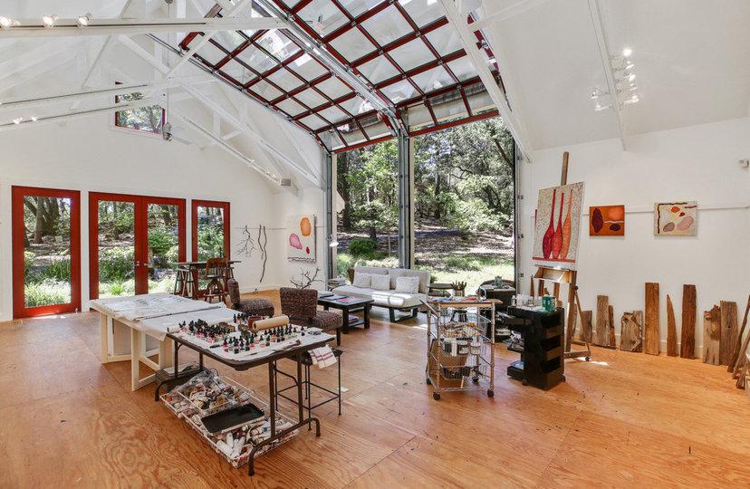 El interior del estudio de arte de la propiedad / Open Homes