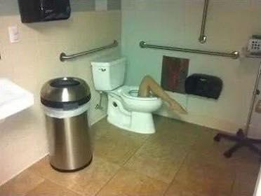 ¿Quién o qué sale de aquí? / Toilets With Threatening Auras