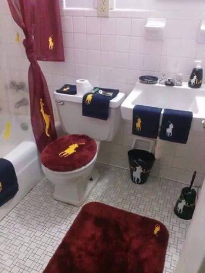 Un baño vanidoso que ama a Ralph Lauren  / Toilets With Threatening Auras