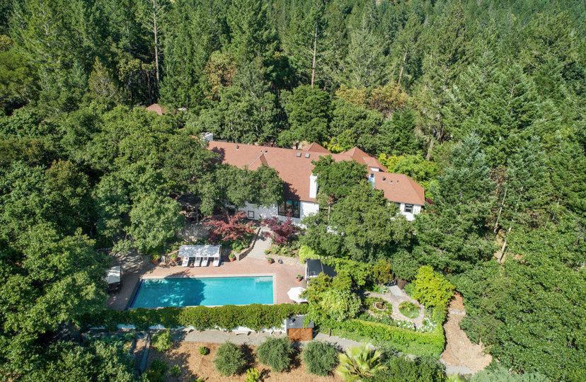 Vista de la propiedad desde el aire / Open Homes