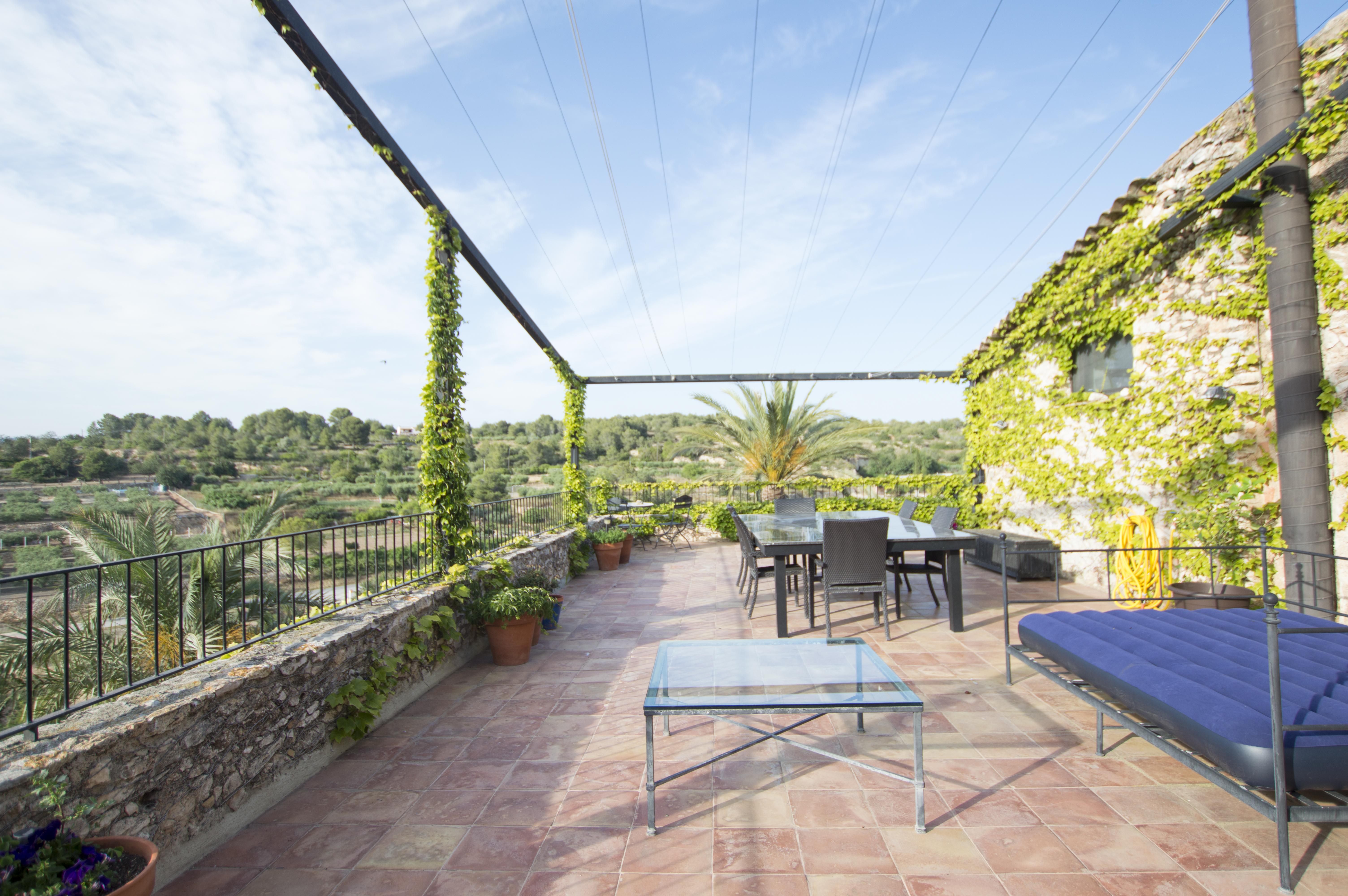 La casa cuenta 451 m2 distribuidos en tres plantas, cuatro dormitorios, cuatro baños y una piscina privada / Engel & Völkers