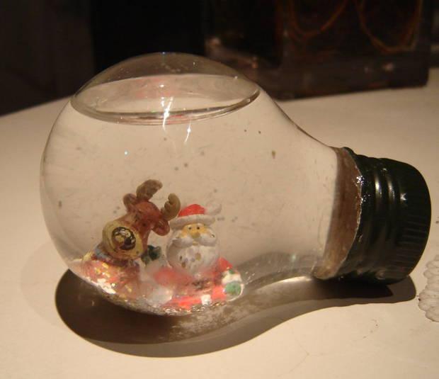 Bolas de Navidad hechas con bombillas / Ecoinventos