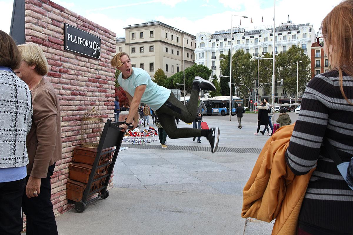 A las afueras de la Estación de Atocha se ha instalado el famoso andén 9 y 3/4