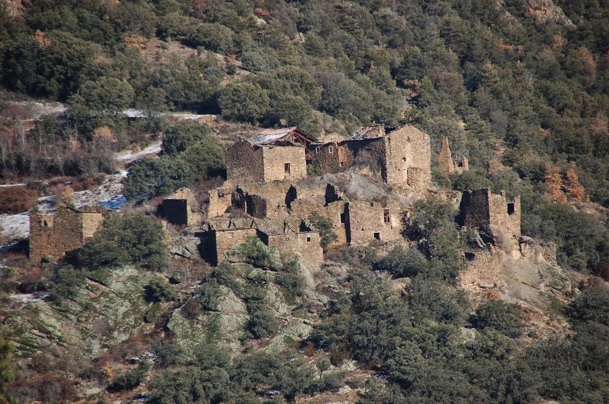 Pueblo en Lleida a restaurar en venta por 450.000 euros / Aldeas Abandonadas