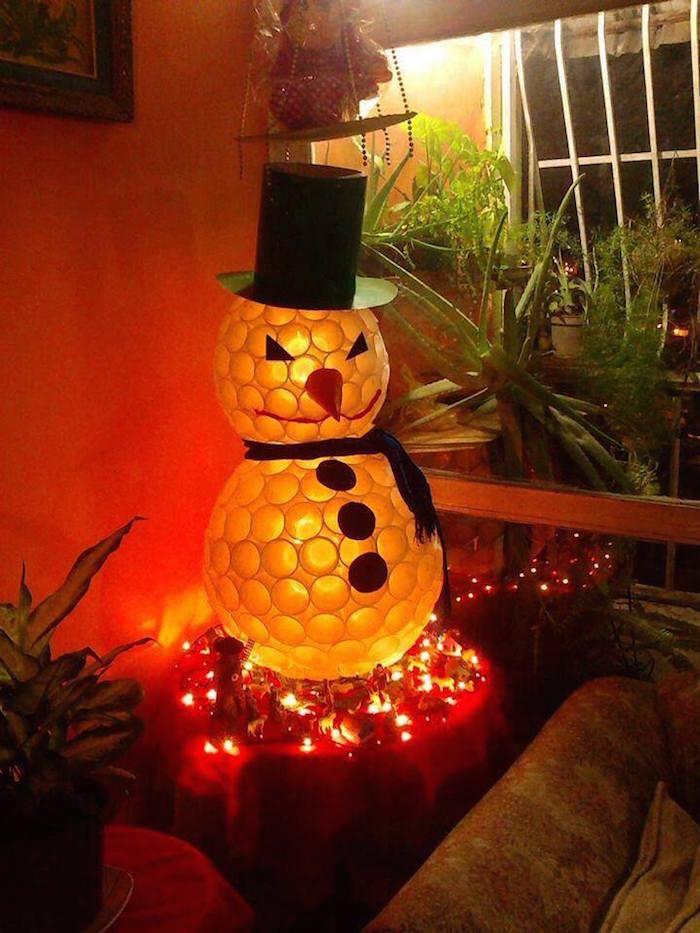 Muñeco de nieve hecho con vasos de plástico / Ecoinventos