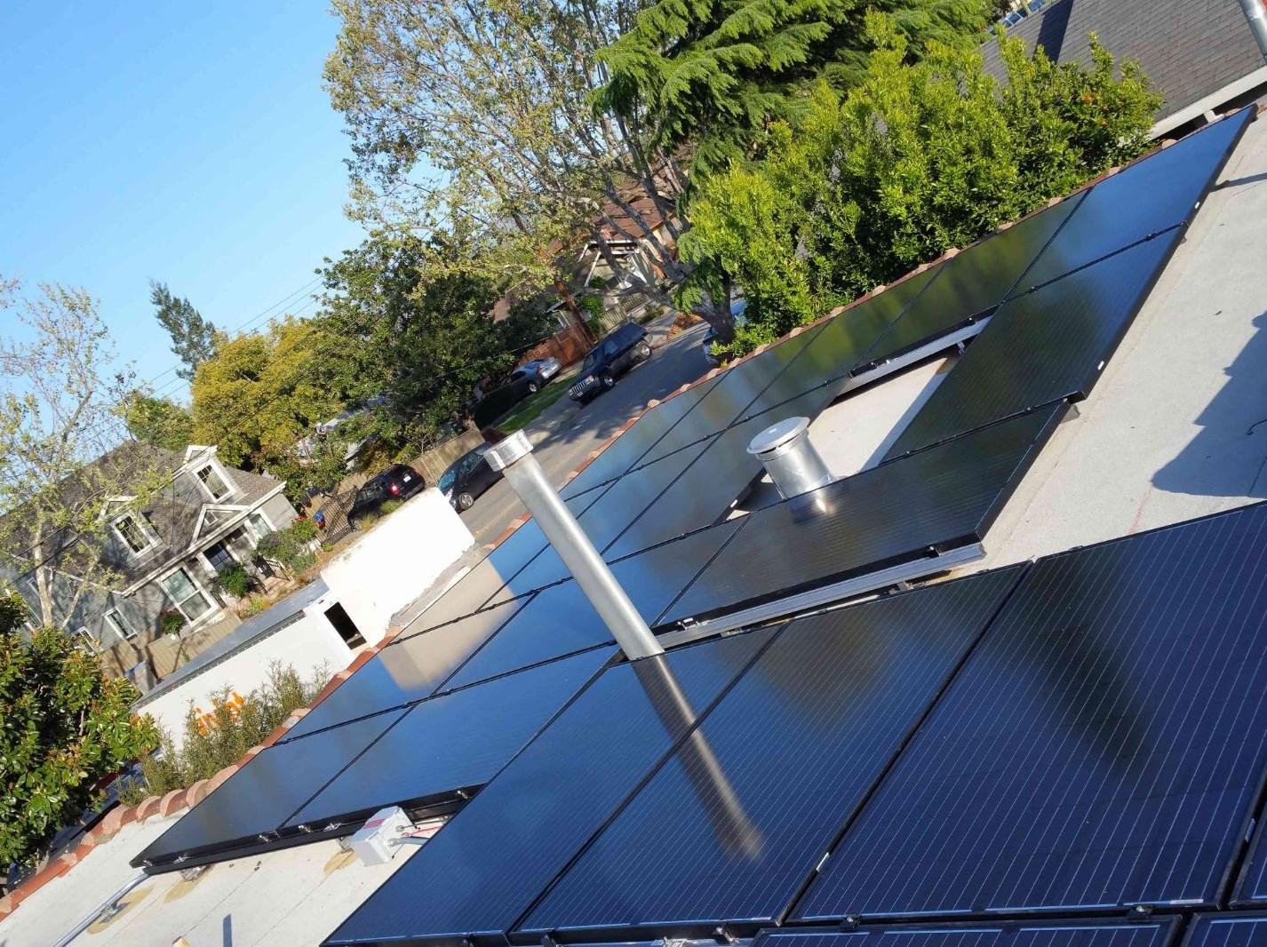 Cuenta con paneles solares y un punto de carga para vehículos eléctricos / Coldwell Banker
